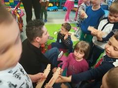 Galeria 23 maja 2019 roku do naszego przedszkola przybył rodzic   Pan Michał Chudala przedstawiciel firmy Cichoń Internationale  Transporte z Głogówka