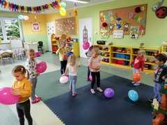 Dzieci bawią się balonami