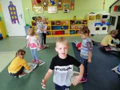 Dzieci tańczą na gazecie