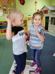 Dziewczynka z chłopczykiem tańczą na gazecie