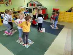 Muchomorki i ich taniec na gazecie