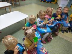 Dzieci piją pyszny zdrowy sok