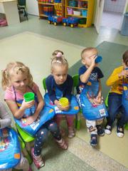 Dzieci piją zdrowe naturalne soki