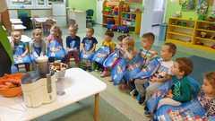 Muchomorki przygotowują się do robienia pysznych soków